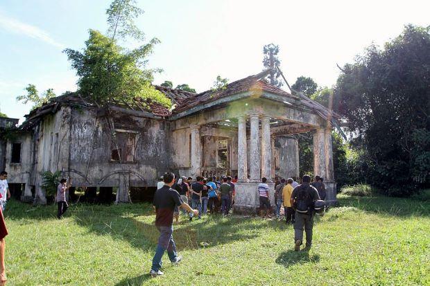 villa rusak tidak terawat